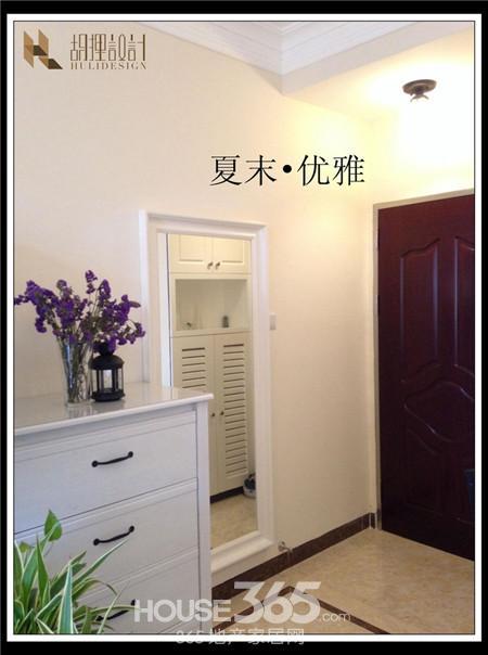 小户型装修效果图:入门处的白色穿衣镜,同样简约美式的风格.