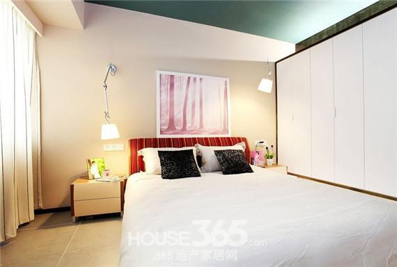 卧室衣柜装修效果图:原木色的大衣柜,中间的玻璃隔断让整个大