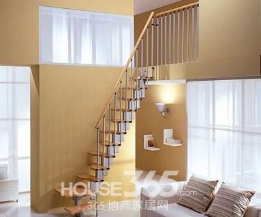 阁楼楼梯设计图片:这款红色的旋转楼梯是节省空间的聪明做法,它