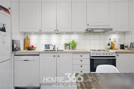 厨房的装修.   小厨房装修效果图片:厨房面积不大,橱柜门也采