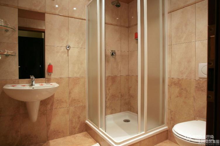 一、面积超小整间都是淋浴房 4平方米以内的超小卫生间,面积太小无法实现干湿分离,也不能追求过高的淋浴质量,那么最好的解决方案就是将整个卫生间变成一个淋浴房。因此,无论在整体规划还是产品选择上,都要遵循这一原则进行。 首先,这种超小卫生间最好选用推拉门,磨砂玻璃材质最为合适,因为普通木门都是向房间内打开,这样会占用不少空间,而推拉门则没有这一问题。