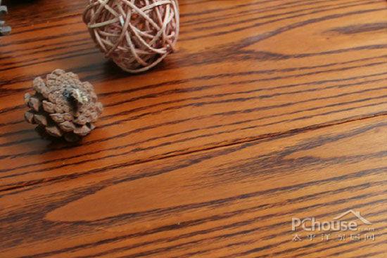让人冷到受不了的冬天已经离开,但是这个时候也不能掉以轻心,不要贪图一时凉快就赤脚踩在冰冷的地面上,稍不注意就很容易着凉。一层温暖的木地板就能呵护双足,避免着凉感冒。    春季在铺设木地板的时候,龙骨上面要记得铺上一层厚质的防潮膜。防潮膜的厚度一般在5-10mm左右,能够有效阻止地下湿气的渗透,同时还要顾及到墙脚的位置,千万不能因为局部而影响整体。   产品推荐:    四合实木地板603101750070301:橡木材质,平扣企口,厚度15mm。