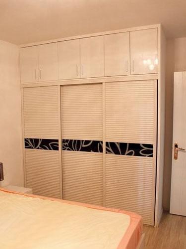 卧室衣柜,师傅做的柜体,买的柜门是朋友推荐的一家