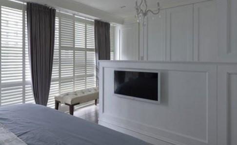 方形更衣室设计成l型或v型,用梳妆台来做睡眠区和衣帽间的隔断