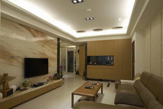 客厅瓷砖电视背景墙效果图 客厅瓷砖电视背景墙效果图5   电视柜用色泽温润的木皮柜面,提早预告了空间中的人文质感。大理石铺设的电视背景墙,细腻的纹路让整个客厅充满了一种自然的感觉。
